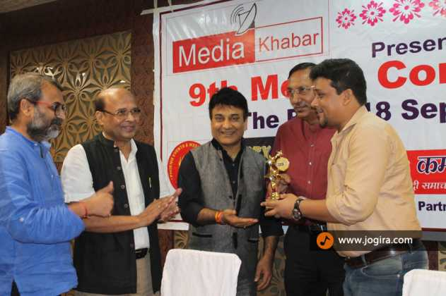 jogira.com faunder chandan kumar singh receiving an award
