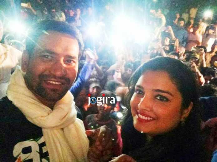 दिनेशलाल यादव निरहुआ और आम्रपाली दूबे दर्शकों के बीच