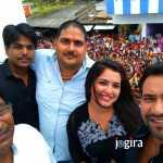 dinesh lal yadav nirahua and amrapali dubey with fans