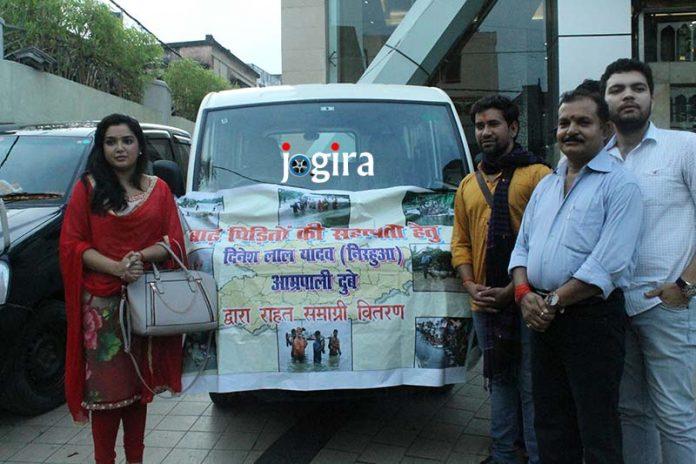 निरहुआ और आम्रपाली ने बाढ़ पीड़ितों के लिये राहत समाग्री भेजी`\
