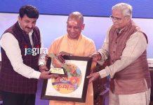 योगी आदित्यनाथ ने मनोज तिवारी और पवन सिंह को दिया सम्मान